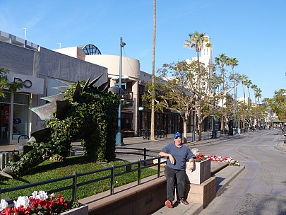 2014-01-20 09.05.19 P1000432 Jim - LA Third street promenade.jpeg: 4320x3240, 5073k (2014 Jan 21 05:06)
