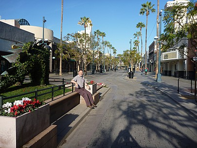 2014-01-20 09.05.45 P1000089 Simon - early morning 3rd Street Promenade.jpeg: 4000x3000, 6784k (2014 Jan 20 16:05)