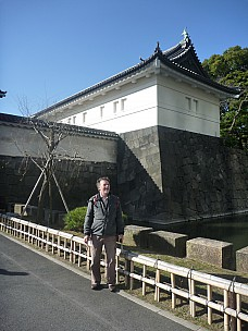 2016-03-01 14.46.25 P1020336 Adrian - Simon at the Imperial Palace entrance.jpeg: 3000x4000, 5197k (2016 Mar 07 09:35)