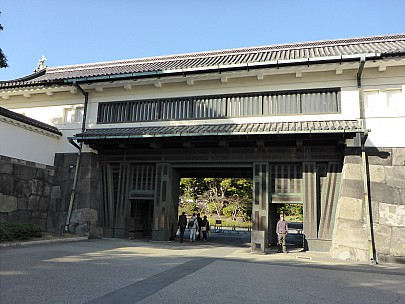 2016-03-01 14.49.51 P1000766 Simon - Adrian in the Imperial Palace entrance.jpeg: 4608x3456, 6219k (2016 Mar 01 01:49)