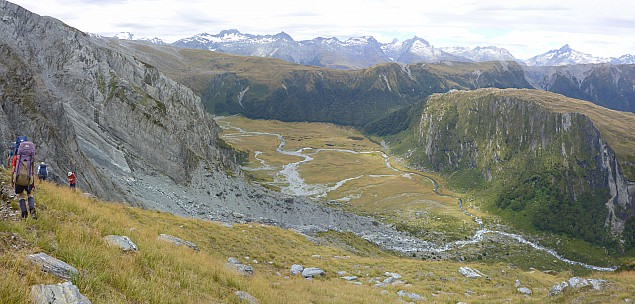 2019-01-17 13.49.31 Panorama Simon - on the way down the spur to Marks Flat_stitch.jpg: 6964x3334, 22380k (2019 Jun 20 09:11)